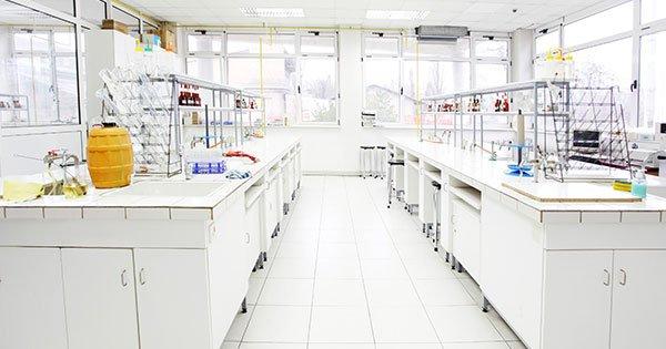 ¿Es necesario revestir las paredes de un laboratorio