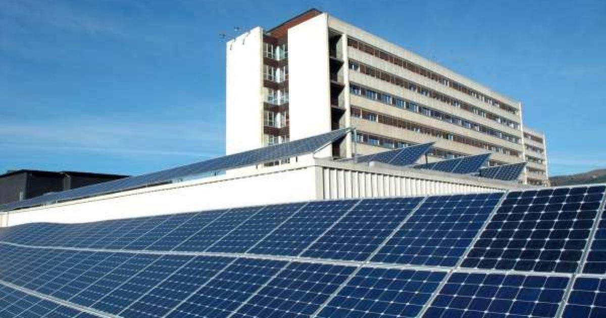Paneles solares en centros de salud una solución eco-amigable